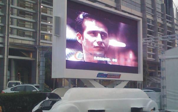 实款转播中的牵引式LED广告