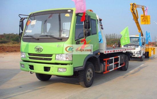 绿色版的解放一拖二清障车在车展上的图片