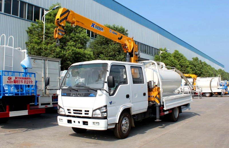 Isuzu crane truck with 3 tons suction tank